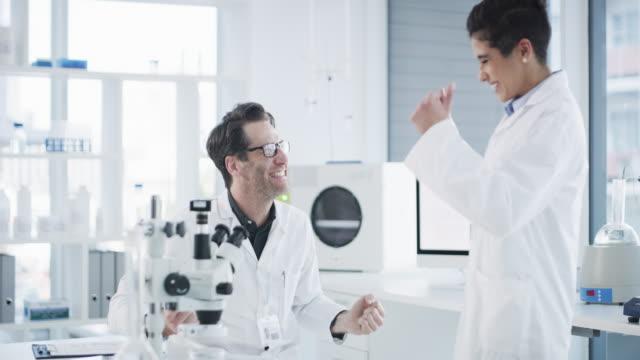 vidéos et rushes de avec la science, vous gagnerez toujours - acclamation de joie