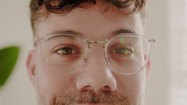 mit selbstvertrauen kommt mehr klarheit - brille stock-videos und b-roll-filmmaterial