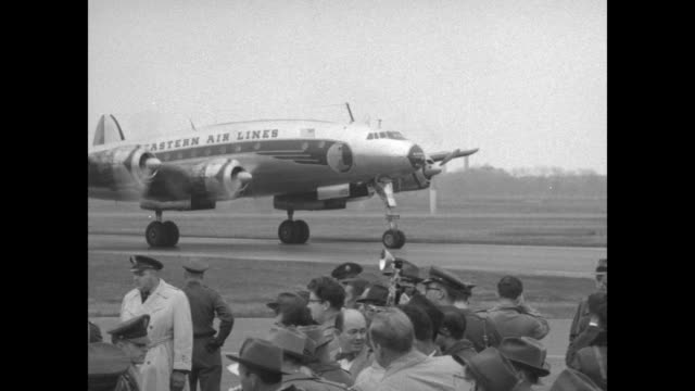 vidéos et rushes de with the capitol dome in the far distance, dwight eisenhower's eastern air lines airplane taxis / newsreel cameramen / vs the plane taxis to a stop;... - châle