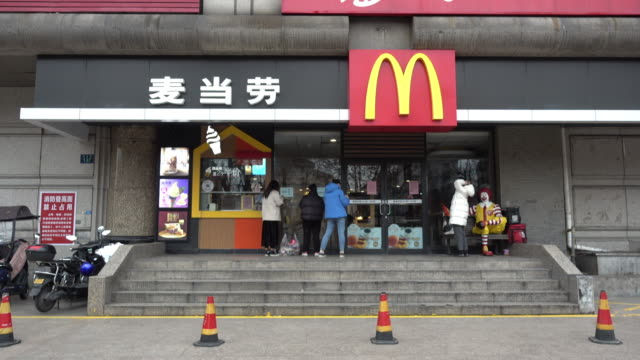 vídeos de stock, filmes e b-roll de with the coronavirus outbreak in china continuing to spread, mcdonald's corp, starbucks corp and other fast-food companies are ramping up... - símbolo de resíduos biológicos