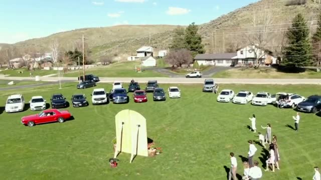 stockvideo's en b-roll-footage met with the coronavirus pandemic ruling out their original wedding plans, a utah couple threw tradition out the window and held a drive-in ceremony on... - 18 19 years