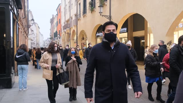 vidéos et rushes de with the decline in the index of infections, veneto and in particular padua, like many other regions and cities of italy, enters the yellow zone.... - italie