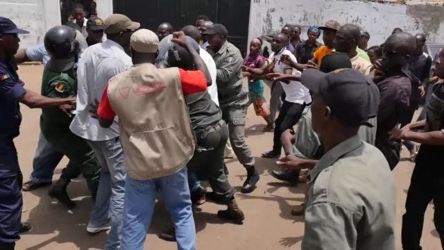 stockvideo's en b-roll-footage met with the guinean government accused of electoral dark arts and the opposition of spoiling for a coup the west african countrys political factions are... - staatsgreep