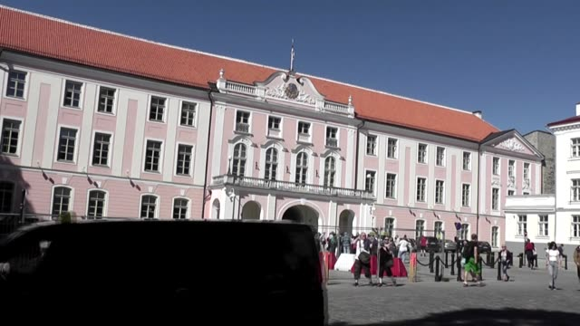 with tourists milling about and mcu of flag sessions of the riigikogu have taken place in the toompea castle where a new building in an unusual... - tidigare sovjetunionen bildbanksvideor och videomaterial från bakom kulisserna