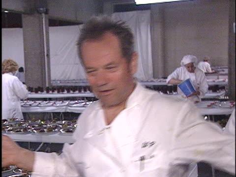 wolfgang puck at the academy awards 2001 at shrine los angeles in los angeles, ca. - 第73回アカデミー賞点の映像素材/bロール