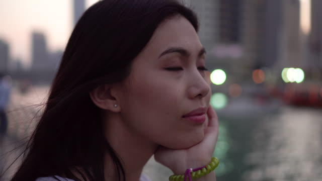 vidéos et rushes de woman admires buildings in dubai, trucking shot - progrès