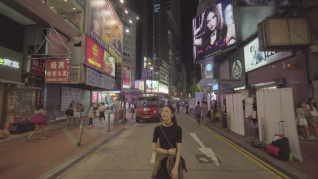 woman admires buildings in hong kong - 拉遠 個影片檔及 b 捲影像