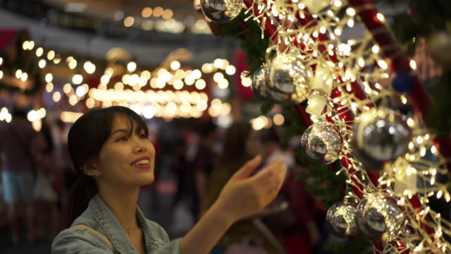 vídeos de stock, filmes e b-roll de woman admires holiday decorations, close up - jaqueta jeans