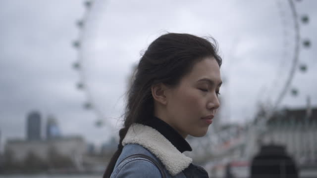 stockvideo's en b-roll-footage met woman admires memorial, london - monument