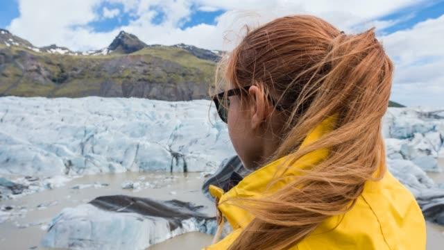 晴れた日に氷河を眺めの女性 - 見つめる点の映像素材/bロール