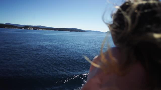 frauenabenteuer im norden: in den fjorden norwegens, am sognefjord - passagierschiff stock-videos und b-roll-filmmaterial