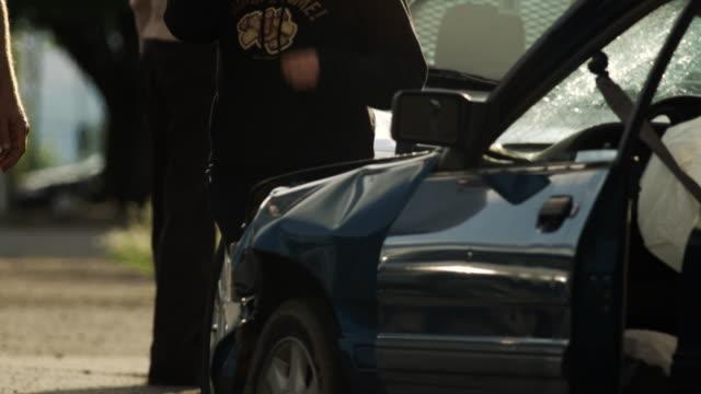 woman after a car accident - ペイソン点の映像素材/bロール