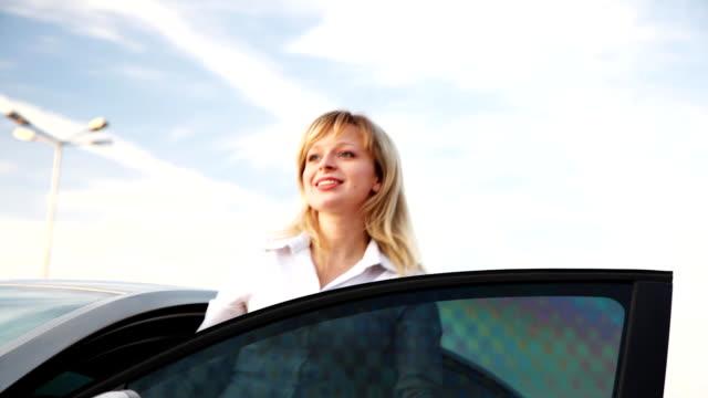 Frau agains dem Auto