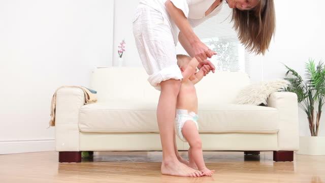 vidéos et rushes de woman and a baby walking - premiers pas