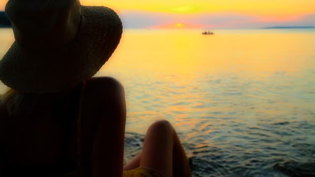 vídeos y material grabado en eventos de stock de dolly hd: mujer y un motor boat al atardecer - imagen virada