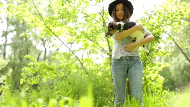 vidéos et rushes de femme et un chien guilleret - terrier jack russell