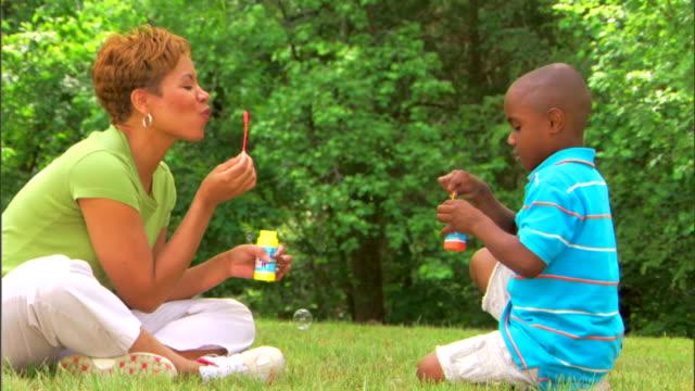 woman and boy blowing bubbles - この撮影のクリップをもっと見る 1278点の映像素材/bロール