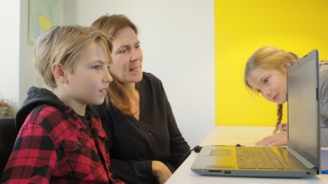 woman and boy with laptop - 45 49 år bildbanksvideor och videomaterial från bakom kulisserna
