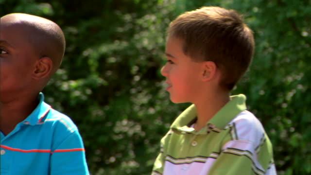 woman and boys conversing - この撮影のクリップをもっと見る 1278点の映像素材/bロール