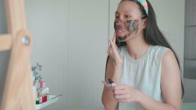 frau und diy home spa gesichtsmaske - schönheitssalon stock-videos und b-roll-filmmaterial
