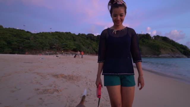 Femme et Chien sur la plage