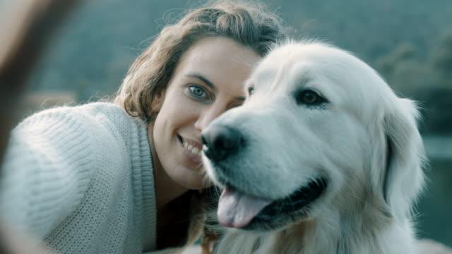 女性と犬 selfie を取って - photographing点の映像素材/bロール