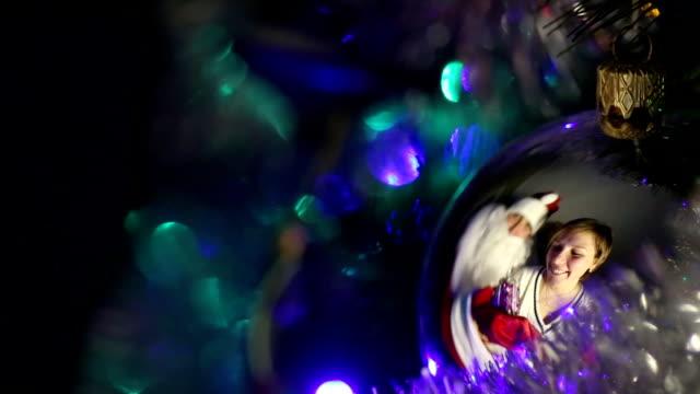 vídeos de stock e filmes b-roll de mulher e presentes do pai natal - chapéu do pai natal