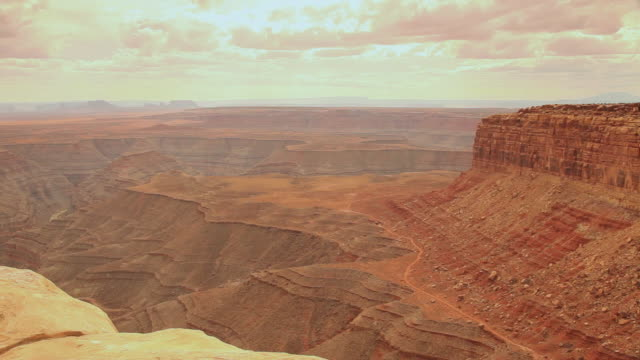 stockvideo's en b-roll-footage met ws pan woman and girl (6-7) sitting on edge of canyon enjoying views / muley point, utah, usa - baseballpet