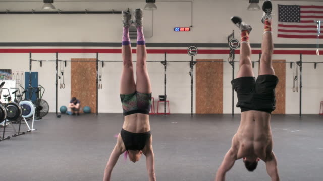 stockvideo's en b-roll-footage met woman and man in gym - haar naar achteren