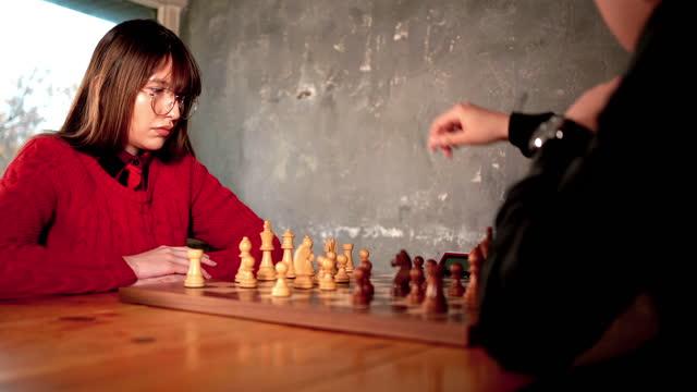 donna e uomo che giocano a scacchi - boyfriend video stock e b–roll