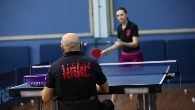 vidéos et rushes de femme et homme jouant le tennis de table - t shirt