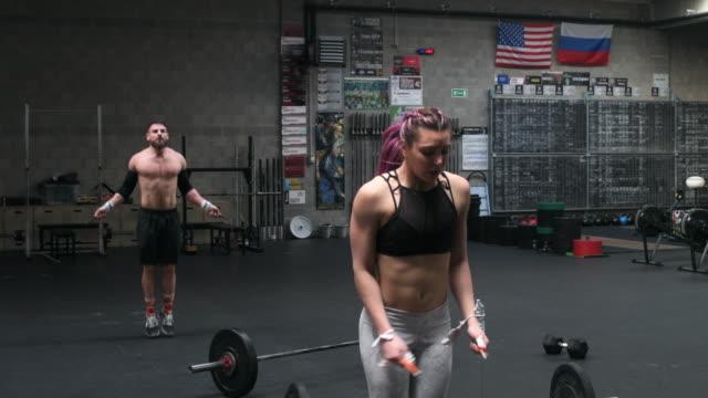 stockvideo's en b-roll-footage met woman and man skipping rope - haar naar achteren