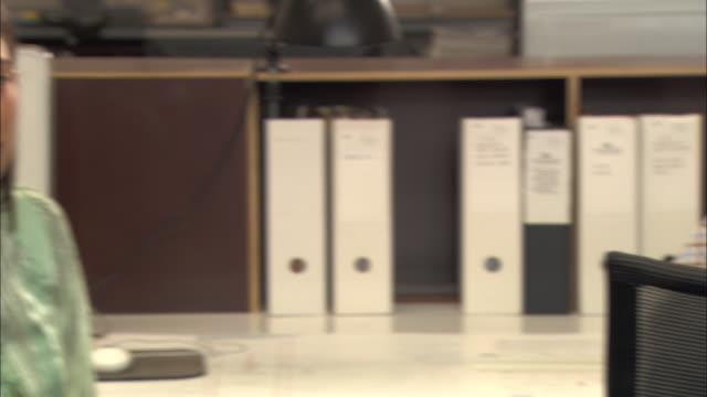 stockvideo's en b-roll-footage met cu, pan, woman and man using headsets in office - man met een groep vrouwen