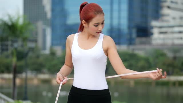 vídeos de stock e filmes b-roll de mulher e medida de todo o corpo - cintura