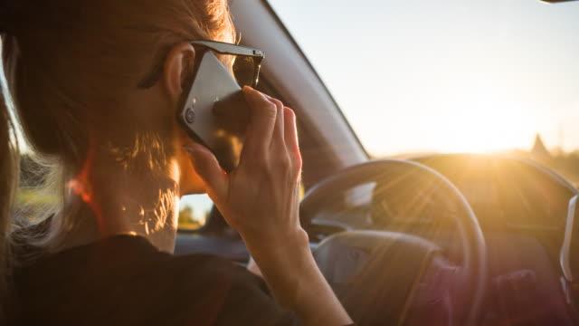 女性運転中留守番電話 - 落ち着かない点の映像素材/bロール