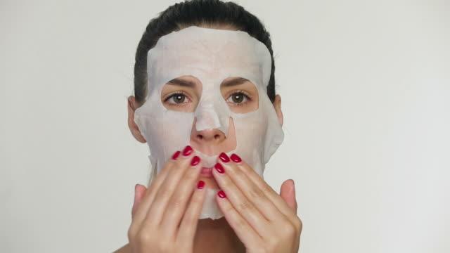 vídeos de stock, filmes e b-roll de máscara de beleza rosto de mulher aplicando - cirurgia plástica