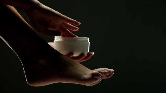 vidéos et rushes de femme appliquer la crème - beaux pieds et femme