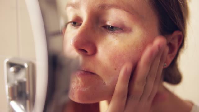stockvideo's en b-roll-footage met woman applying face cream. - vochtinbrengende crème
