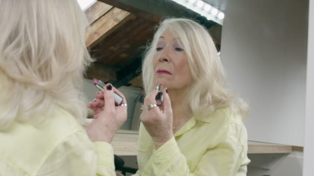 vídeos de stock, filmes e b-roll de woman applying lipstick - batom rosa