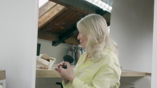 vídeos de stock, filmes e b-roll de woman applying make-up - batom rosa