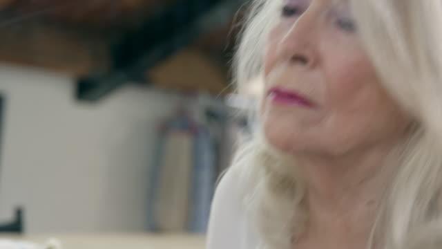 vídeos de stock, filmes e b-roll de woman applying make-up - sombra roxa