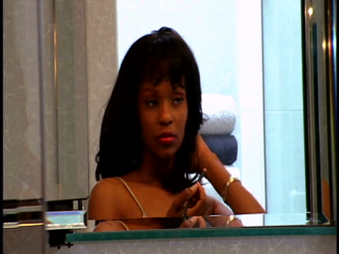 vidéos et rushes de woman applying make-up - salle de bain
