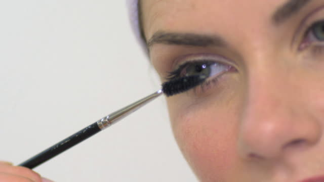 cu slo mo woman applying mascara / london, greater london, united kingdom - einzelne frau über 30 stock-videos und b-roll-filmmaterial