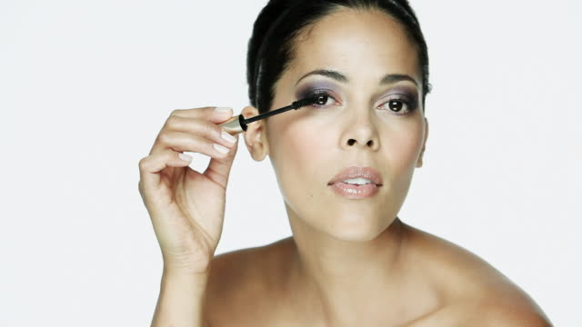woman applying mascara - einzelne frau über 30 stock-videos und b-roll-filmmaterial