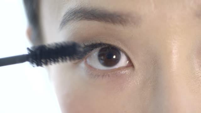 woman applying mascara  - cura della persona video stock e b–roll