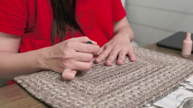 自宅を適用する女性がマニキュアします。 - マニキュア液点の映像素材/bロール