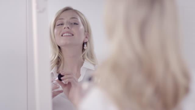 vídeos de stock e filmes b-roll de mulher a perfume - perfumado