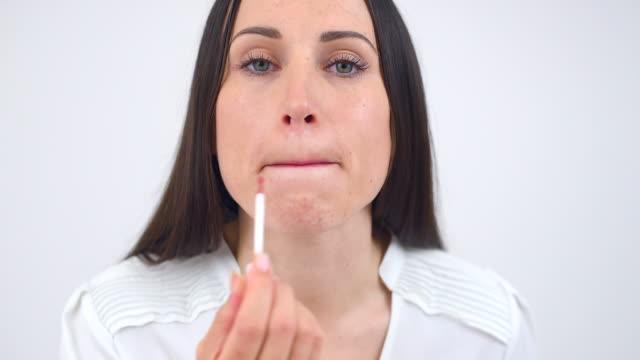 女性はピンクの口紅 - ビフォーアフター点の映像素材/bロール