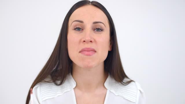woman applying pink lipstick - människomun bildbanksvideor och videomaterial från bakom kulisserna