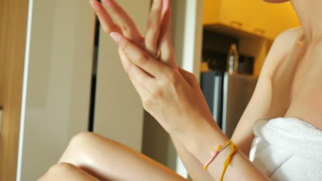 Frau Anwendung Feuchtigkeitspflege Creme ont Hände Haut
